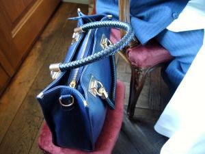 Ein Schemel für die Damenhandtasche!