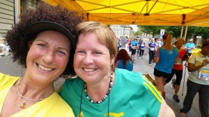 Danielle Cesarov & Lovey Wymann im Ziel des Frauenlaufes Bern, 2015