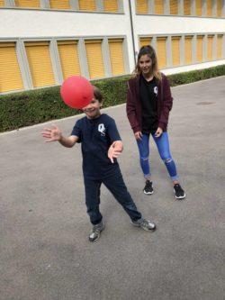 Neal beim Spielen mit einer Schülerin der Oberstufe Stadel